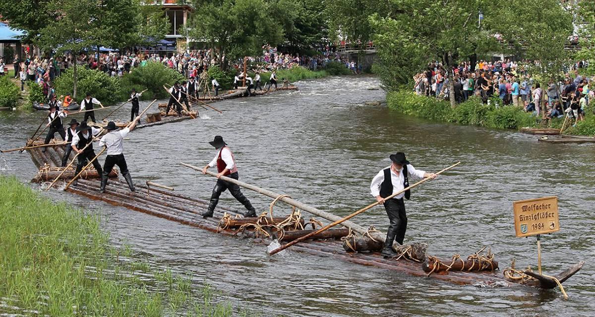 Kinzigtäler Flößerwoche: Von kernigen Männern und langen Stämmen