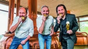 So sehen Sieger aus: Bernhard Vötter (1. Braumeister), Bernhard Ebner (2. Braumeister) und Brauereichef Dieter Schmid freuen sich über den-Medaillenregen für ihre Biere.